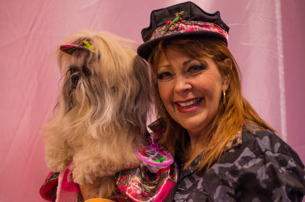 Gianna checking out the competition at the Doggies and Tiaras Pageant. Image via Cheyenne Cohen.